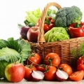 I cibi che prevengono il cancro: frutta, verdura e olio di oliva.